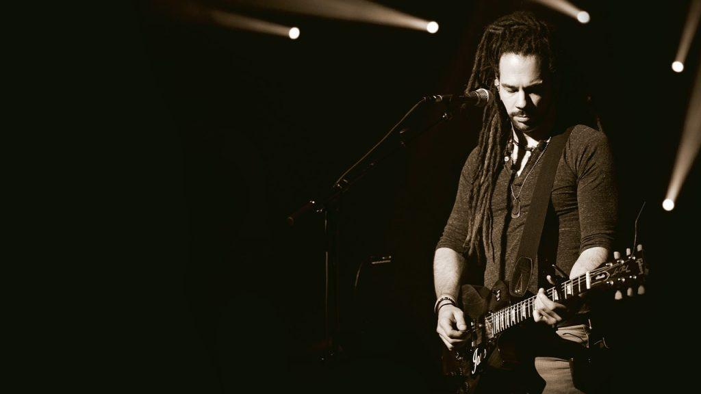 guitariste concert sangle epaisse